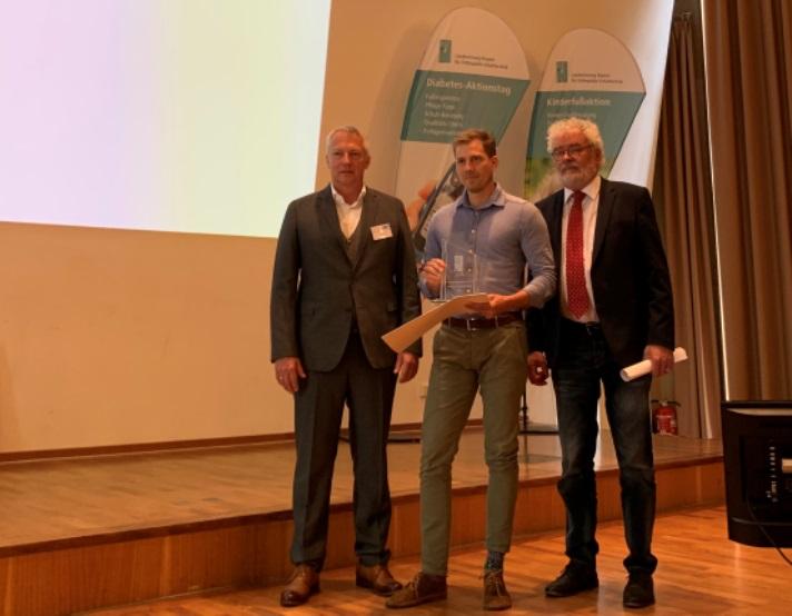 Martin Kreitmayr bekommt den Ehrenpreis der Landesinnung in Bayern für Orthopädie-Schuhtechnik 2019 für seine besonderen Leistungen von Innungsmeister Magnus Fischer und Prof. Henning Wetz überreicht.