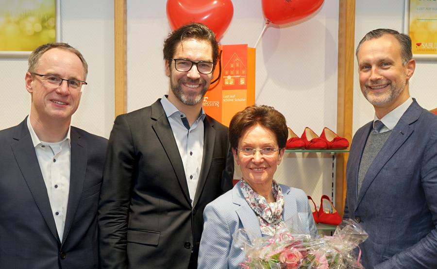 Thomas Schmidt-Tancredi, Direktor der Hessing Stiftung, Ronny Egger, Leitung Hessing Maßarbeit für Orthopädie, Barbara Kratzer, ehemalige Eigentümerin des Schuhhaus Kratzer und Roland Eichmann, erster Bürgermeister von Friedberg, freuen sich.