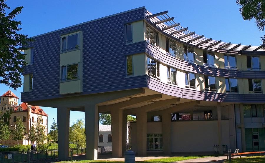 Außenansicht des charakteristischen Gebäudes der Hessing Klinik für Geriatrische Rehabilitation.